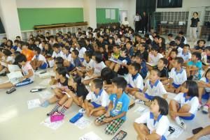 金子さんの講話を熱心に聞く児童たち=13日、下地小多目的室