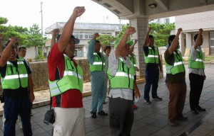 「ガンバロウ」を三唱する参加者たち=30日、県宮古合同庁舎玄関前