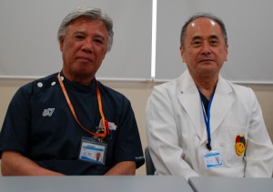 鼠径ヘルニア手術の第一人者、嵩原医師(右)と山内理事長=13日、浦添市、同仁病院
