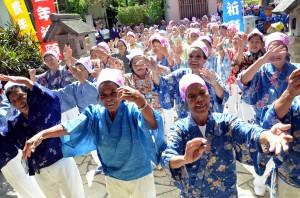 女性たちがクイチャーを踊り五穀豊穣を祈願した豊年祈願祭=20日、漲水御嶽前