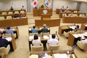 下地敏彦市長が提案理由を説明する市議会臨時会=24日、市議会議場