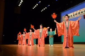 舞台では琉舞、日舞、エイサーなど多彩な演目が披露された=7日、マティダ市民劇場