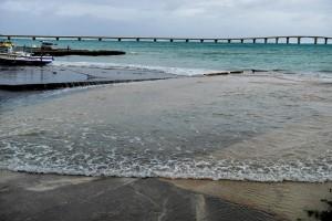台風3号の影響で海面が駐車場近くまで上昇した=6月4日午後7時30分すぎ、下地の前浜港