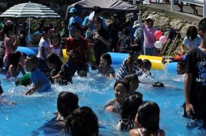 多くの子どもたちが水遊びを楽しんだ水まつり=1日、地下ダムせせらぎ公園