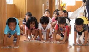 みんなで廊下を清掃する児童たち=20日、久松小学校