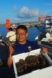 生きのいいイセエビを買い取ったレストラン経営者=1日、荷川取漁港