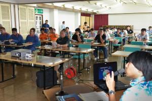 安座間さん(右)の海洋危険生物の講演を聞く参加者たち=12日、市中央公民館