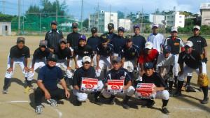 硬式球を寄贈する平良会長(手前左)=29日、宮古高校野球場