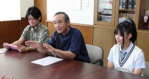 CM撮影などについて報告する仲本社長(中央)と真玉橋さん(右)、同社営業部の玻名城均さん=9日、市長室