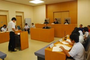 子どもたちは役割に応じて裁判の仕組みを学んだ=29日、那覇地方裁判所平良支部