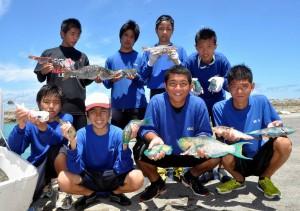 追い込み漁での大漁に笑顔を見せる生徒たち=27日、保良漁港