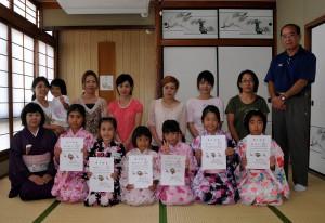 こども茶道講座を修了した子どもたち。前列左は平良宗幸さん=17日、下地公民館