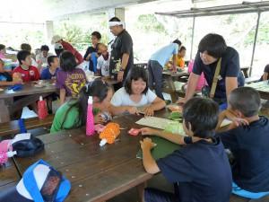 研修会では、4つのグループに分かれ夕食の献立作り=6日、宮古青少年の家