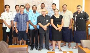 下地市長(中央手前)を表敬訪問した研修生たち=6日、市役所平良庁舎
