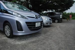 ずらりと並ぶ「わ」ナンバーのレンタカー=17日、砂山ビーチ駐車場