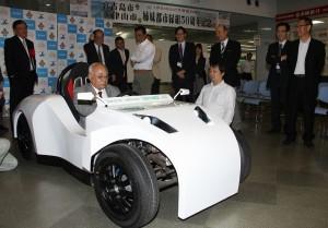 宮古島オリジナルEV(電気自動車)完成披露セレモニーで試乗する下地市長=25日、市役所平良庁舎