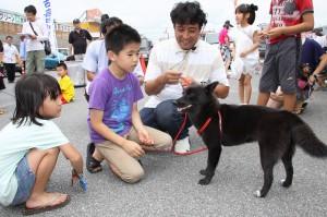 愛犬と飼い主らが参加し専門家から犬の健康管理やしつけなどを学んだ愛犬のしつけ教室=24日、メイクマン宮古店