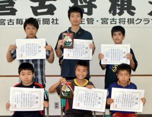 上位入賞で表彰された皆さん。(前列左から)小学生の部2位・上地君、優勝・羽路君、3位・洲鎌君、(後列左から)中高生の部2位・仲地君、優勝・池城君、3位・大城君=24日、市中央公民館