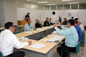 宮古馬の保存と活用のあり方について議論する保存計画策定委員会=31日、市役所城辺庁舎