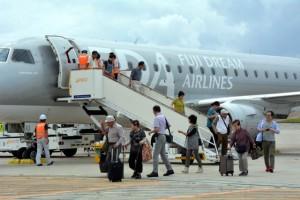 国内線では初となったFDAのチャーター機から降りる乗客=23日、下地島空港