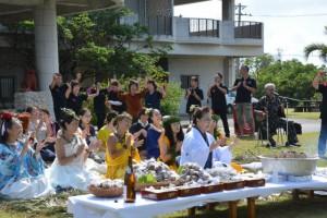 イベントの成功と島の発展を祈願したカギマナフラの奉納舞=4日、伊良部佐和田のてぃだの郷