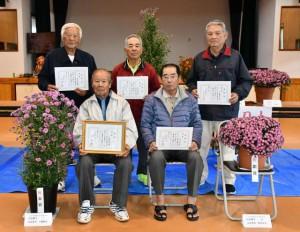 入賞者に賞状が贈られた。前列左が金賞の下地さん=11日、富名腰公民館