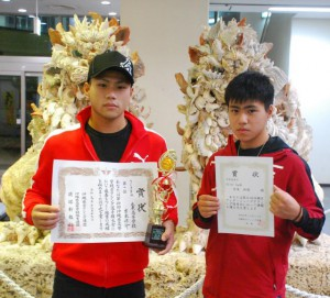 県大会Vの吉永涼介(左)と九州大会に出場する吉永羚将=18日、宮古空港ロビー