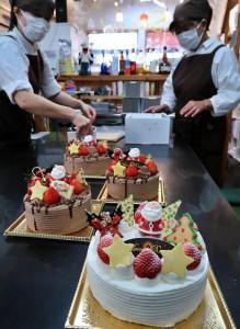 クリスマスパーティーには欠かせないケーキ作りは24、25日がピークとなる=23日、市内のケーキ店