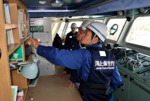 船内の安全対策面についてチェックした安全指導=12日、フェリー「たらまゆう」