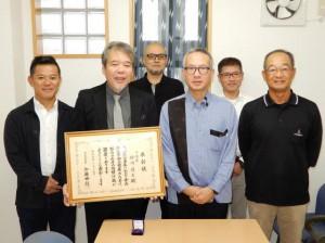 宮里所長(右2人目)に受賞を報告する砂川支部長(同3人目)=3日、宮古保健所