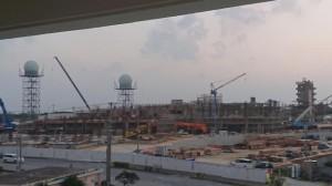 21年の開庁に向け着々と工事が進められている市総合庁舎=12日、宮古島警察署3階から撮影