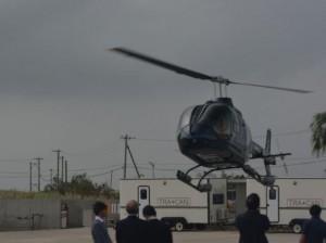 ヘリ遊覧飛行体験は関係者が見守る中で実施された=10日、城辺のオーシャンズリゾート