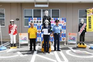 田場署長(右)、新里会長(左)から「宮古島まもる君」に代わり辞令を受け取ったリアルまもる君(中央)=29日、宮古島警察署