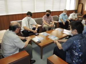 宮古島ループバスの概要を説明する双日の山口常務(左から2人目)ら関係者=20日、市役所平良庁舎