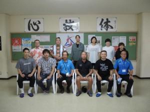 スポーツ教室のために来島したプロ選手ら。スポーツ協会の役員と意見を交わした=23日、市総合体育館