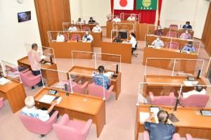 改選後初の定例会が開会し、21年度補正予算案などが審議される=28日、村議会議場
