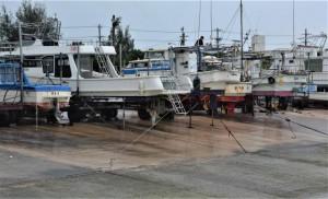 遊漁船などは陸揚げされ、ロープで固定されていた=11日、荷川取漁港